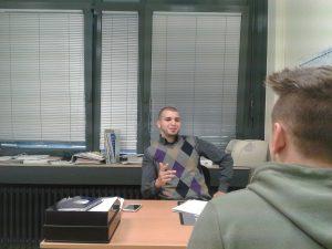 Hichame Abidi im Beratungsgespräch mit Schüler HP