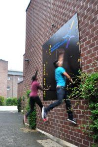 Zwei Schüler messen sich im sportlichen Wettkampf HP