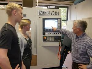Fachlehrer für Maschinenbautechnik Bernd Stolzis erklärt die neue CNC-Maschine
