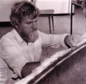 Wolfgang Lübke arbeitet an einem Kanu