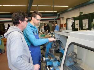 Frank Schneppenheim mit einem Schüler des beruflichen Gymnasiums beim Einstellen der Meißelhöhe an einer konventionellen Drehbank 1