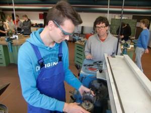 Frank Schneppenheim mit einem Schüler des beruflichen Gymnasiums beim Eintellen der Meißelhöhe an einer konventionellen Drehbank 2