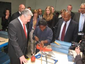 Joachim Gauck links und Albert Rorarius ganz rechts am Tegbare-id Polytechnic College Addis Abeba 3