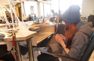 Sarah Boysen im Silberschmiedpraktikum 1_klein