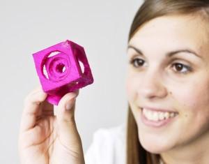 Fachabiturientin Janin mit selbst ausgedrucktem 3D-Element HP