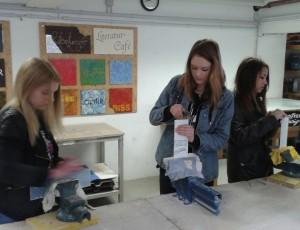 Kira (14), Andrea (14) und Katharina (15) in der Werbetechnik-Werkstatt