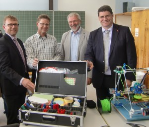 Siegbert Kobus (RWE), Michael Nehls, Schulleiter Matthias Herwartz, Bürgermeister Hans-Peter Haupt mit Medienkoffer und 3D-Drucker HP