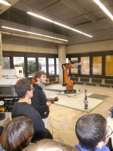 Wissenschaftliche Hilfskraft erläutert Experiment mit Industrie-Roboter 2_klein