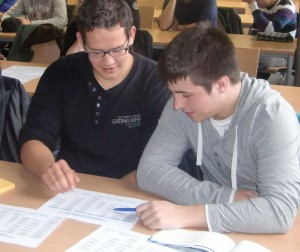 Zwei Technische Assistenten studieren den Semesterplan Maschinenbautechnik_klein
