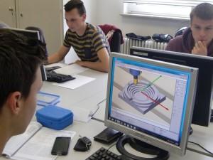 Technische Assistenten arbeiten mit der CNC-Programmier-Software HP