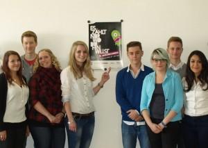 Maike Schuster (18) und Klassenkameraden mit dem Plakat für die Ausbildungsbörse 2015 HP