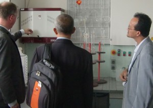Dr. Jens Reinecke präsentiert Laborräume HP
