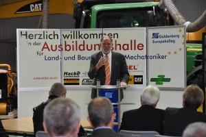Noch-Bürgermeister Walther Boecker findet trotz heißer Phase im Wahlkampf Zeit für die Eröffnung der Ausbildungshalle HP
