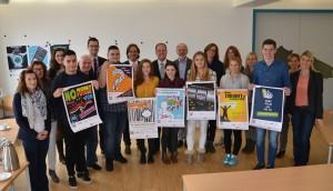 Die Abitur-Klasse der Gestaltungstechnischen Assistenten und die Jury des Plakatwettbewerbs und Bürgermeister Dirk Breuer HP