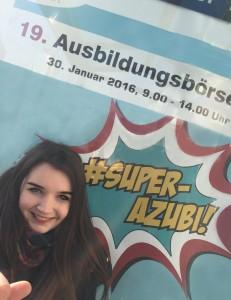 Melanie (19) mit ihrem selbst entworfenen Plakat für die Ausbildungsbörse Januar 2016 1 HP
