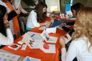 Schüler demonstrieren dreidimensionale Klappkarten HP